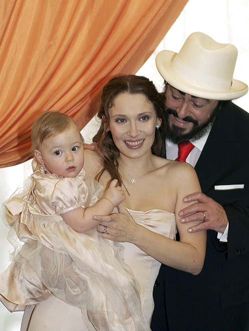 lucciano pavarotti and his wife with daughter