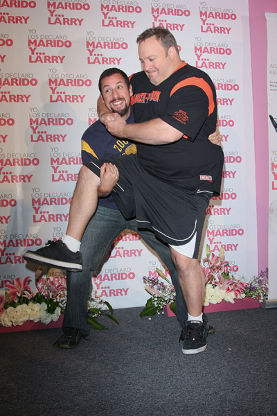adam sandler and kevin james at mexico premier of the movie I Now Pronounce You Chuck and Larry Адам Сэндлер и Кевин Джеймс