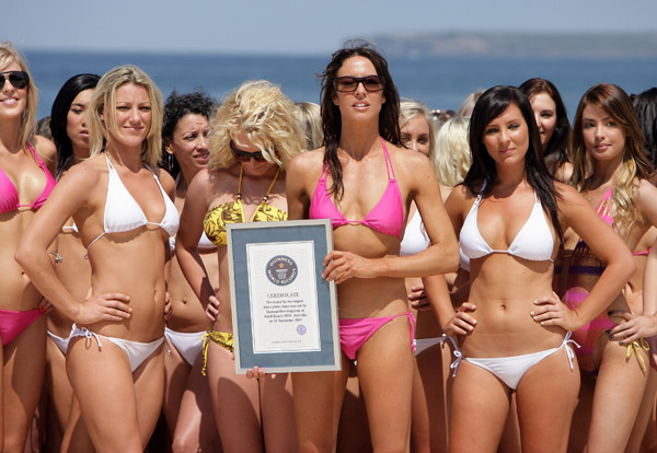 sarah wilson participates in cosmopolitan world record of 1010 girls in bikini on one photo сара уилсон и 1010 девушек в бикини