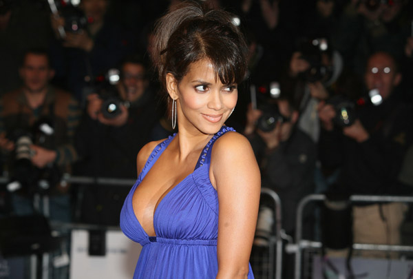 холли берри премьера фильма то что мы потеряли - halle berry arrives at the premiere things we lost in the fire