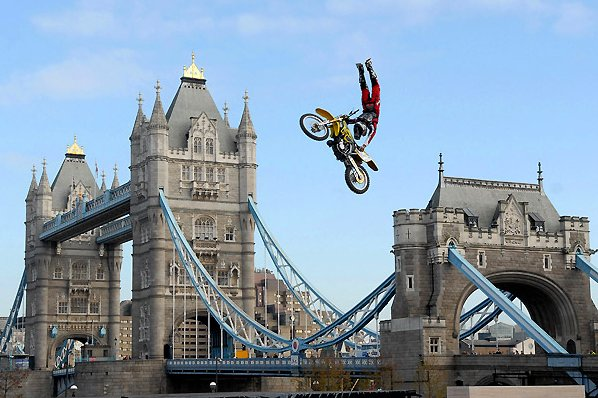 каскадерский трюк экстремальный мотоспорт - crusty demons tower bridge extreme moto stunt