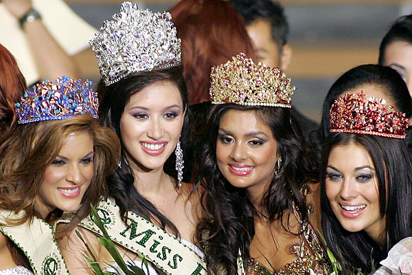 Miss Earth-Fire Angela Gomez, Miss Earth-Air Pooja Chitgopekar, Miss Earth-Water Silvana Arellano