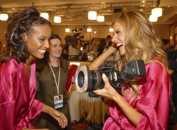 selita ebanks alessandra ambrosio photograph before the show - перед начало шоу victoria's secret