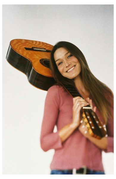 carla bruni smiling with guitar