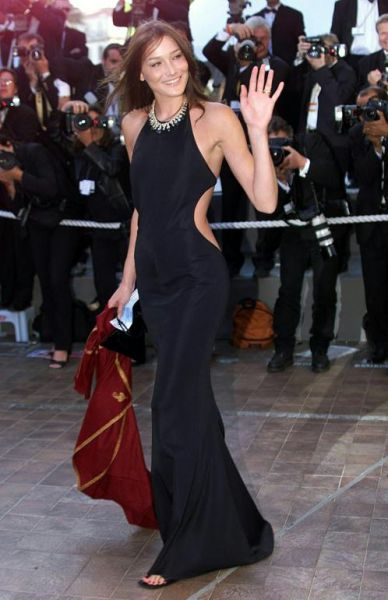carla bruni wearing black dress