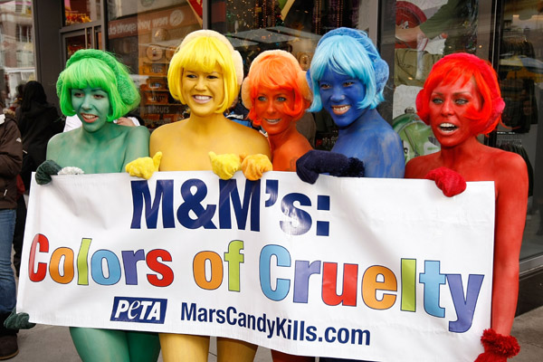 постер гласит m&m's цвета жестокости colors of cruelty