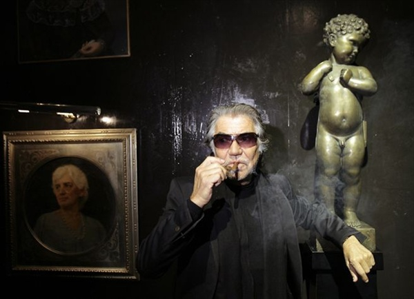 роберто кавалли курит сигару roberto cavalli smokes a cigar at milan fashion week