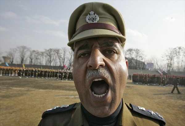 индийский офицер police officer shouts commands during a rehearsal for the Republic Day parade