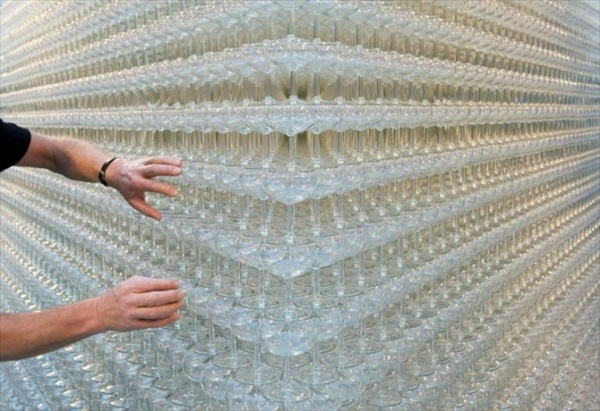 new guinness record pyramid consisting of 43000 glasses
