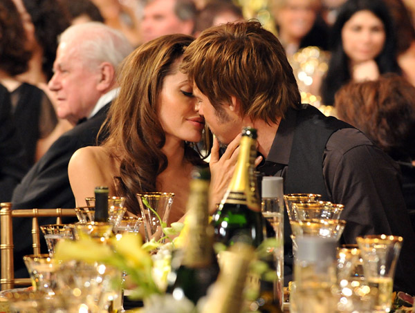 angelina jolie and brad pitt kiss at screen actors guild awards ceremony