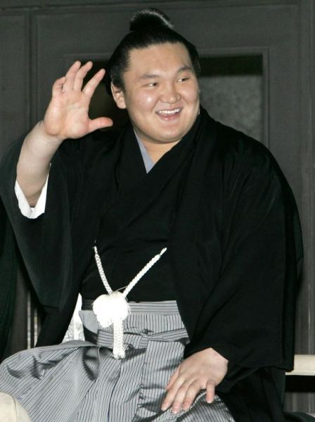 Hakuho downs Asashoryu to win New Year Grand Sumo