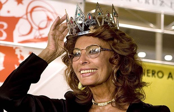 sofia loren particapets in jury for election of queen of carnival