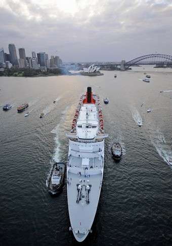 queen elizabeth departs sydney harbour for the last time in february 2008