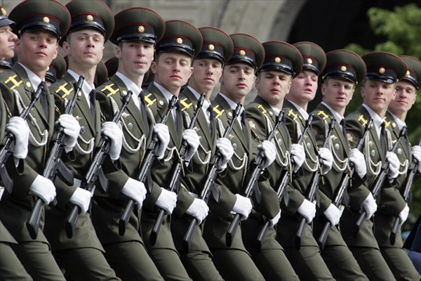 9may_victorydayparade_soldiers02.jpg