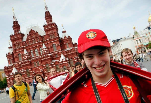 manchester united fans on the streeets of moscow