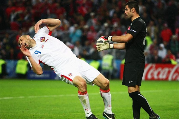 euro2008_turkish_goalkeeper_against_koller.jpg