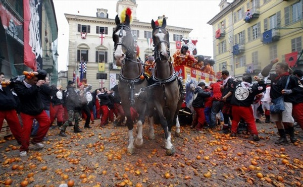 ivrea_battle_of_the_oranges05.jpg