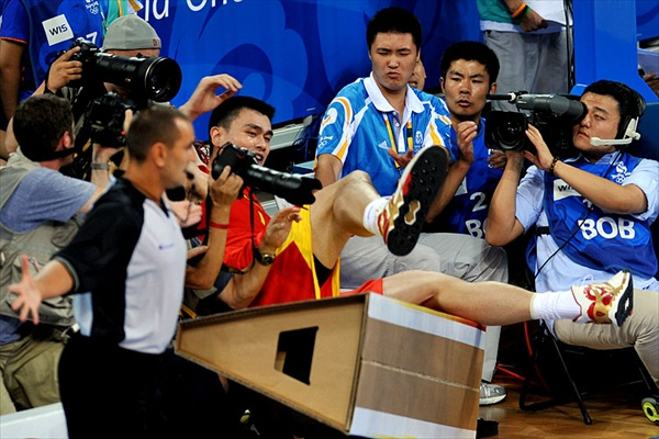 olympics_basketball_yao_ming_fall.jpg