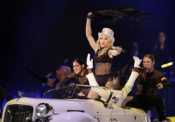 madonna_sticky_sweet_tour10.jpg
