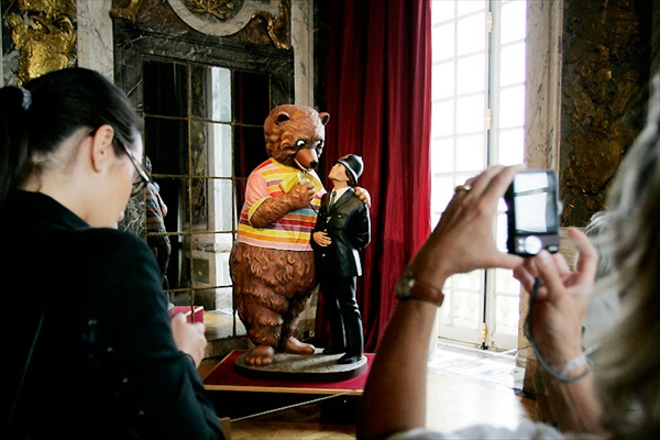 jeff_koons_versailles07_bear_and_policeman.jpg
