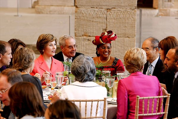 carla_bruni_newyork06_lunch_laura_bush.jpg