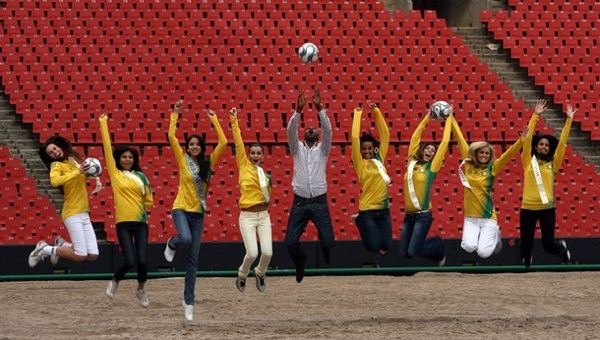 miss_world_contestants_football.jpg