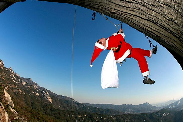 christmas_mountain_climber_santa_buckhan_south_korea.jpg