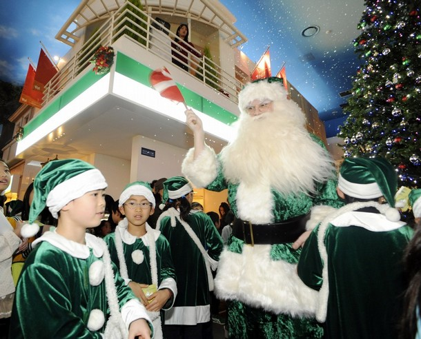 christmas_santa_claus_ecological_friendly_kidzania_theme_park_tokyo.jpg