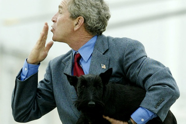 george_w_bush_barney_dog_flying_kiss.jpg