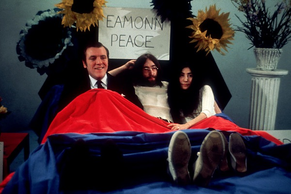 john_lennon_yoko_ono_bed_in_for_peace_showmaster_eamonn_andrews.jpg