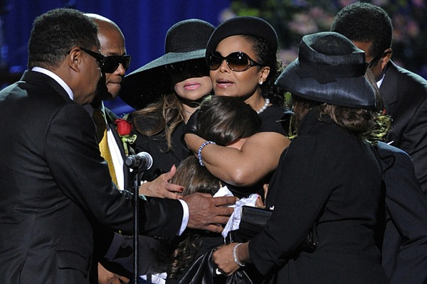 michael_jackson_funeral_paris_jackson_with_janet.jpg