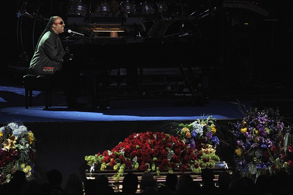 michael_jackson_funeral_stevie_wonder.jpg