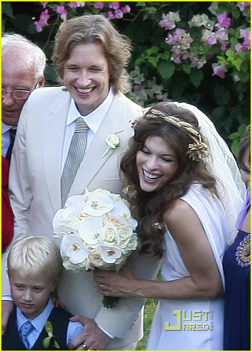 milla-jovovich-wedding-picture-01.jpg