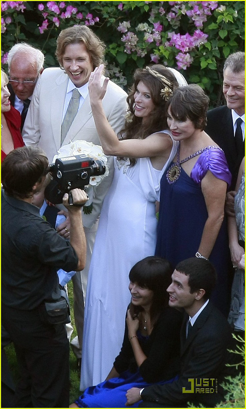 milla-jovovich-wedding-picture-18.jpg