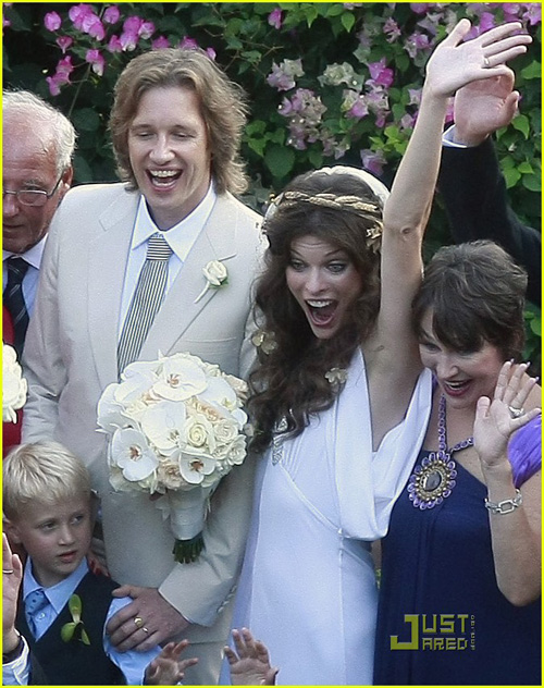 milla-jovovich-wedding-picture-19.jpg