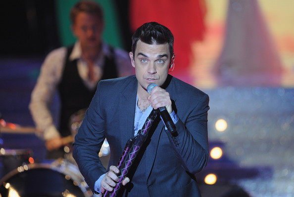 miss_france_2010_contest_robbie_williams2.jpg