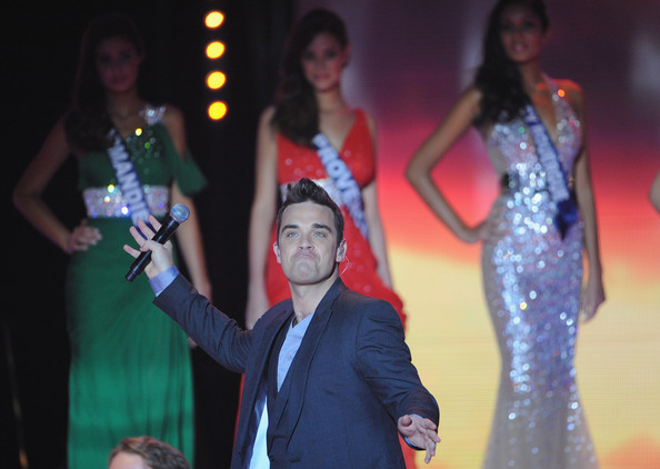 miss_france_2010_contest_robbie_williams3.jpg