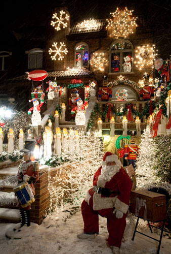 christmas_decorations_dyker_heights_brooklyn_new_york_usa.jpg