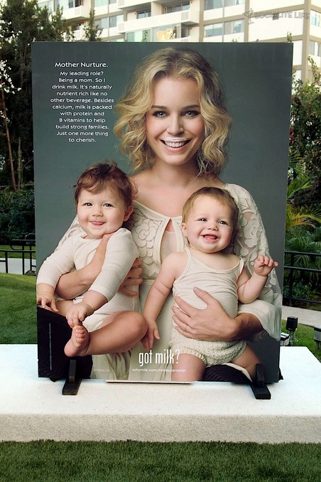 gallery_main-rebecca-romijn-milk-ad-twins-photos-01122010-019.jpg