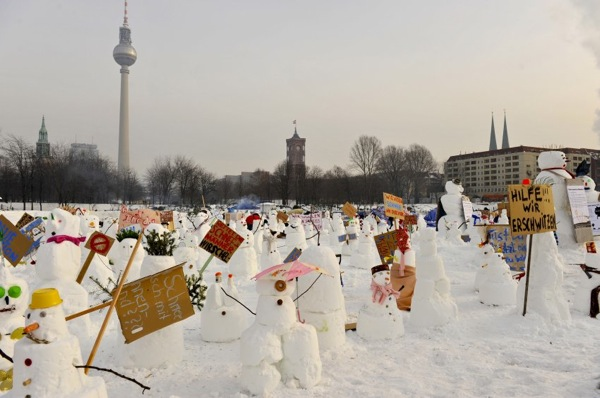 germany_winter_berlin_750_snowmen_by_ralf_schmerberg.jpg