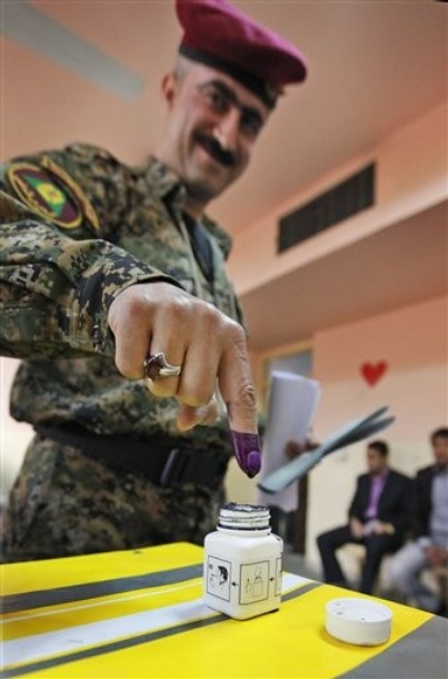 iraq_parliament_elections14_soldiers_voted_thursday2.jpg