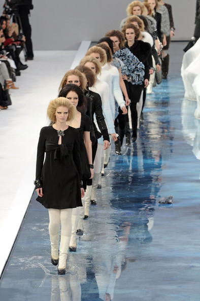 chanel_paris_fashion_week_autumn_winter_2010_2011_09.jpg