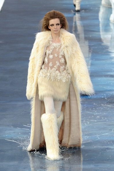 chanel_paris_fashion_week_autumn_winter_2010_2011_11.jpg