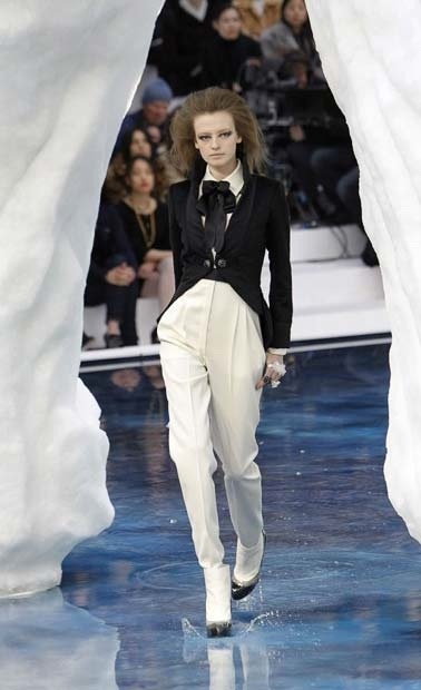chanel_paris_fashion_week_autumn_winter_2010_2011_37.jpg