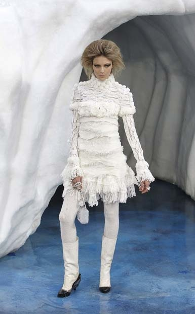 chanel_paris_fashion_week_autumn_winter_2010_2011_39.jpg
