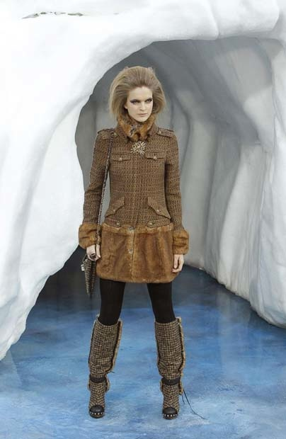 chanel_paris_fashion_week_autumn_winter_2010_2011_53.jpg