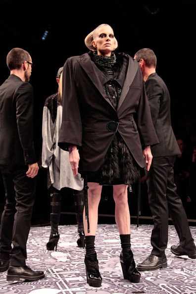 viktor_rolf_fall_winter_2011_paris02.jpg