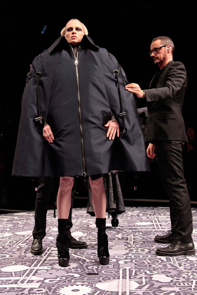 viktor_rolf_fall_winter_2011_paris04.jpg