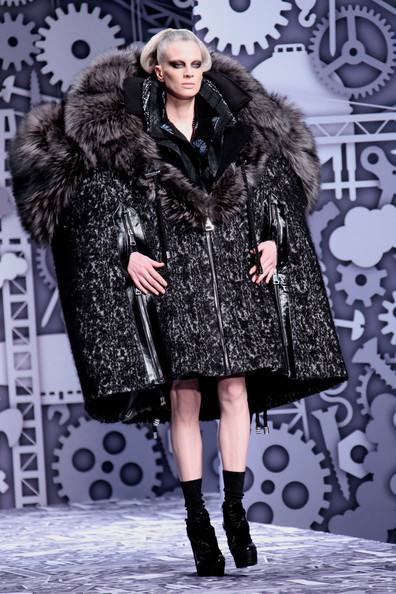 viktor_rolf_fall_winter_2011_paris05.jpg