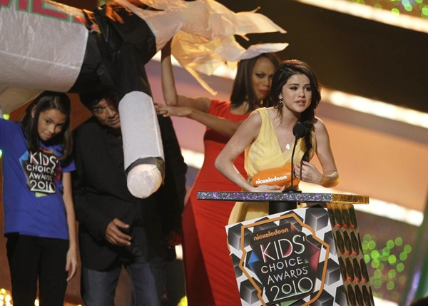 kids_choice_awards_selena_gomez_favourite_tv_actress.jpg